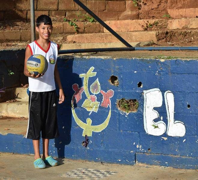 Kinder-spielen-Ball-im-Waisenhaus-der-Salvatorianer-in-Caracas