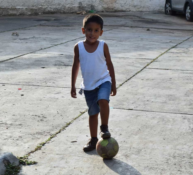 Kinder-spielen-Ball-im-Waisenhaus--in-Caracas