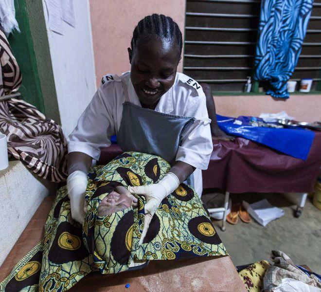 Krankenschwester-bei-Geburt-Krankenstation-Salvatorianer