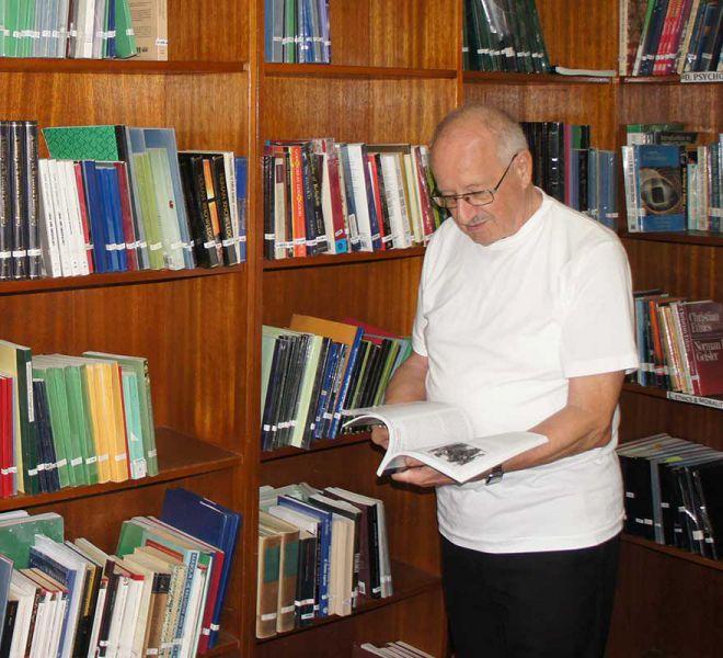 Pater-Hermann-im-Studienzimmer