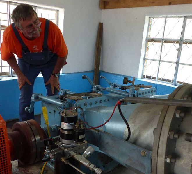 Wasserkrafwerk-bei-der-Wartung