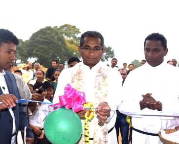 Pater Sunil und Pater Noble weihen das Gebäude ein (2)