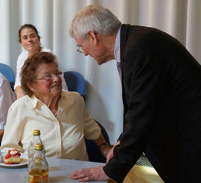 Die-Gemeindemitglieder-freuen-sich-den-Salvatorianer-Pater-Konrad-wiederzusehen