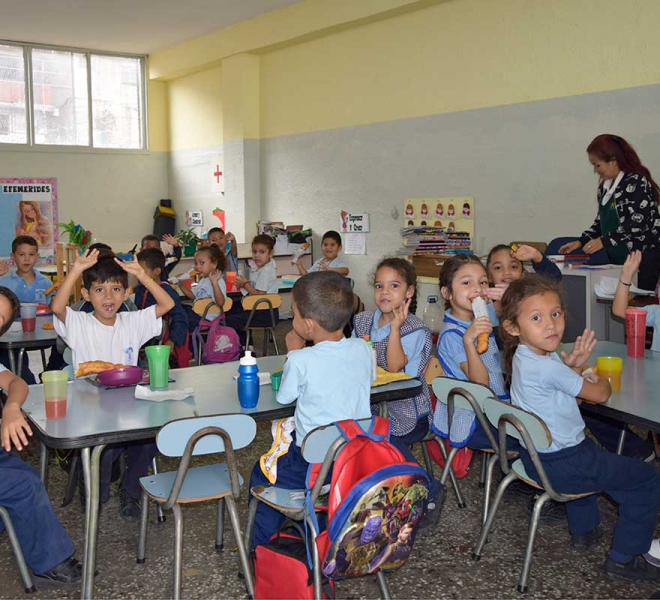 Kinder-in-Caracas-erhalten-pausenbrote