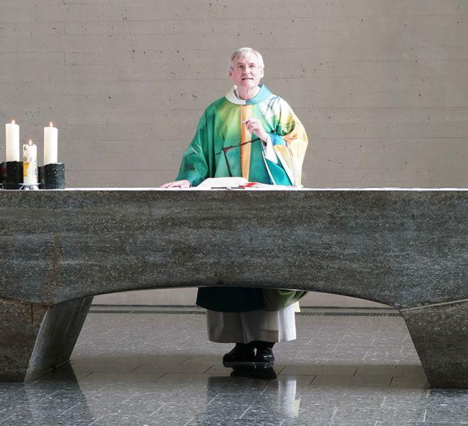 Pater-Konrad-Werder-beim-Gottesdienst-in-Salvator-Stuttgart