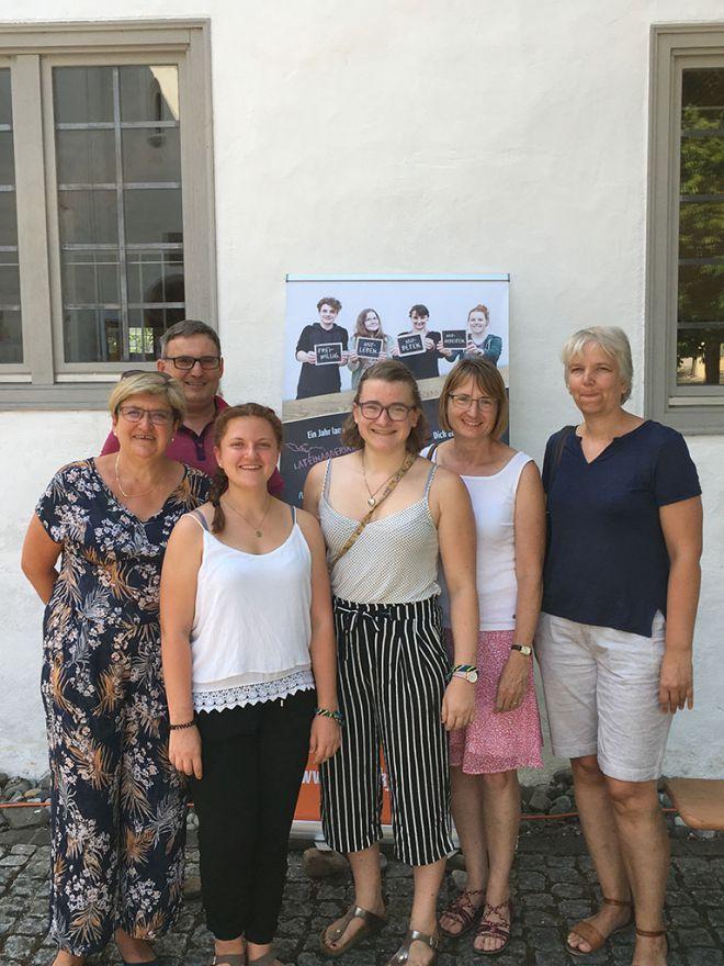 Gruppenbild-mit-Eltern-und-Salvator-Freiwilligen
