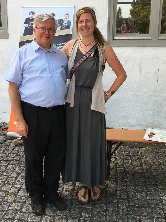 Pater-Georg-Fichtl-mit-einer-Salvator-Freiwilligen